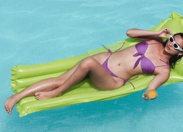 È vero che il cloro elimina l'abbronzatura?